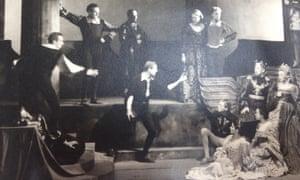 Beazley, second from left, in 1934 as the Player Queen in Gielgud's Hamlet