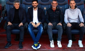 Quique Setién (left) sits in the Barcelona dugout with assistant coac Éder Sarabia, goalkeeper coach Jon Pascua and physical trainer Fran Soto.