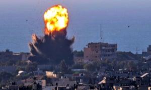 در اثر حمله هوایی رژیم صهیونیستی در رفاح در جنوب غزه ، دود از انفجار بلند می شود