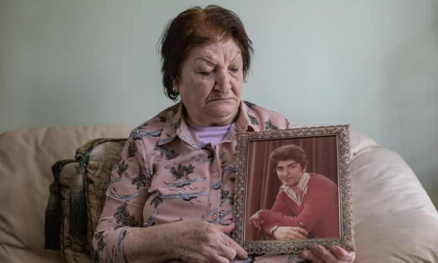 نصرت بازوفت تحمل صورة ابنها فازارد في منزلها في جنوب لندن