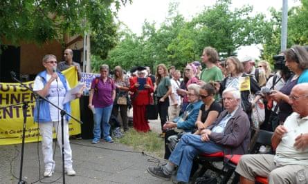 Barbara von Boroviczeny speaks at a protest outside Deutsche Wohnen HQ.