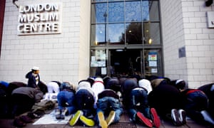 23/10/2009. A little boy watches men pray outside Whitechapel mosque in east London during Friday prayers. Islam, religion Commissioned