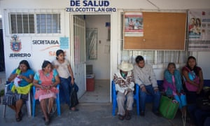 People wait to be seen by MSF's mobile health clinic. Zelocotitlán Mexico