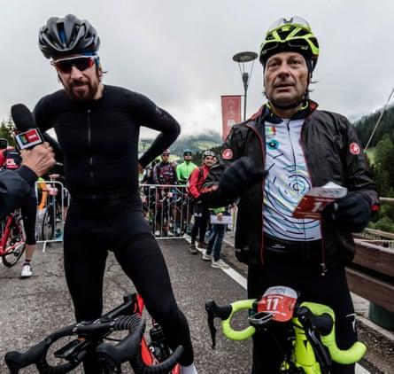 Брэдли Уиггинс и Фаусто Пинарелло обдумывают свою поездку на старте Maratona dles Dolomites 2017.