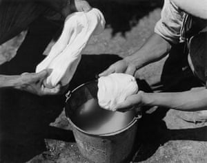 Mexico, Yucatan - Chicle hunters prepaing chicle lumps after boiling. chicle-campabout 1931(GERMANY OUT) Mexico, Yucatan - Chicle hunters prepaing chicle lumps after boiling. chicle-campabout 1931 (Photo by ullstein bild/ullstein bild via Getty Images)