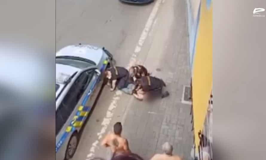 Încă din imagini video ale unui polițist îngenuncheat pe gâtul unui rom care a murit ulterior