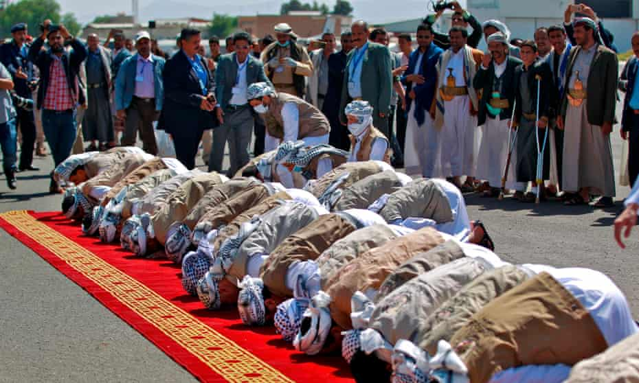 Houthi prisoners pray at Sana'a airport