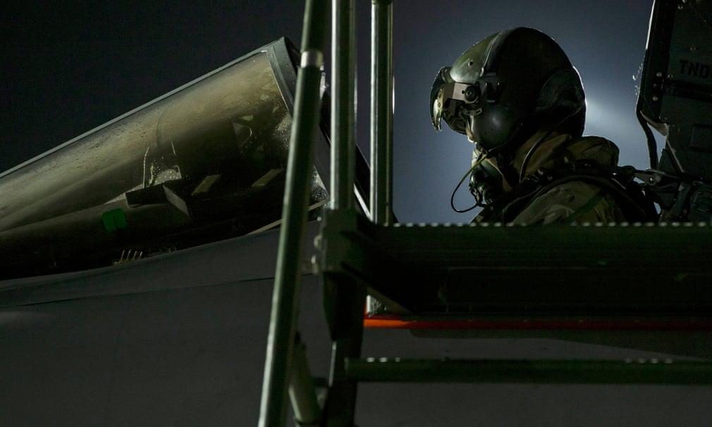 Un pilota di tornado nella cabina di pilotaggio del suo aereo alla base della RAF di Akrotiri, a Cipro, durante l'attacco missilistico in Siria. Credits to: Cpl L Matthews/MoD britannico/EPA.
