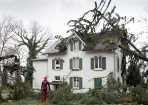 Gli alberi cadono su una casa a Montmollin, Val-de-Ruz, Svizzera