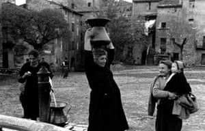 Women collecting water from a well in an Italian village in 1952