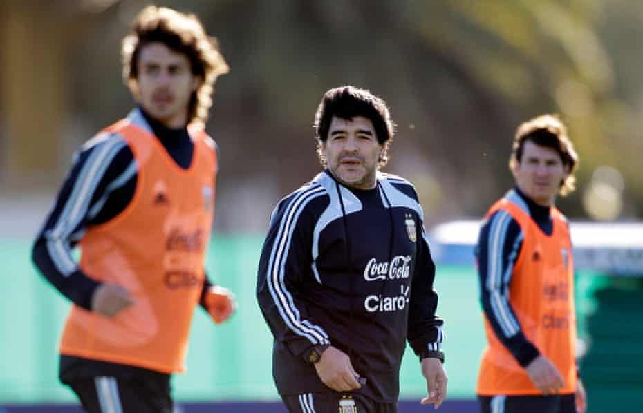 Aimar, Maradona y Messi juntos como entrenador en Argentina en 2009.
