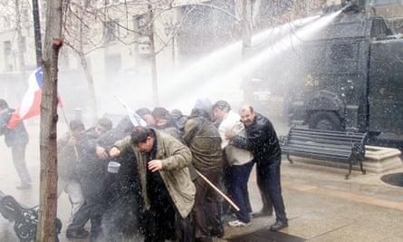 Un cañón de agua de la policía utilizado contra miembros del Partido Comunista de Chile