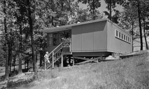 """Flat Top"" house, Oak Ridge, 1944. During World War II, the U.S. military erected thousands of prefabricated or semi-prefabricated houses across the country. One of the most common houses in Oak Ridge was the B-1 model, commonly known as the Flat Top. Each of these houses was built in a factory and transported by truck in two or three pieces to the site, where it was assembled atop a foundation. The architectural firm of Skidmore, Owings & Merrill (SOM) oversaw the planning of the city and the design and construction of most buildings within it."