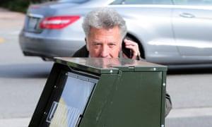 Dustin Hoffman plays hide and seek, badly.