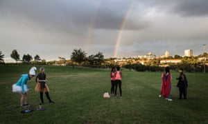 With a rainbow in the sky and against a background of distant skyscrapers, the group soon bursts into energetic moves. During the hour-long session, they crawl on the ground, form conga lines and run in circles. At the end, all the dancers hold hands and form a large circle before dispersing.