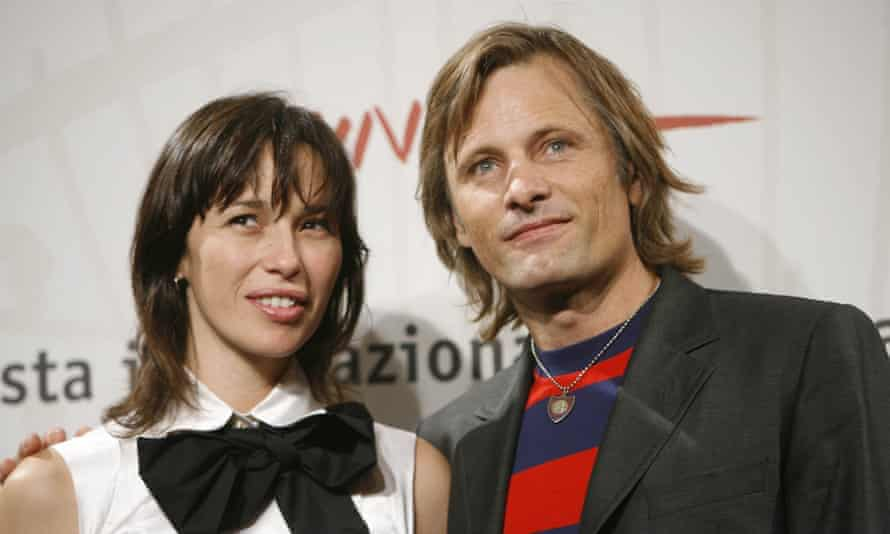 With his partner, the Spanish actor Ariadna Gil, 2006.