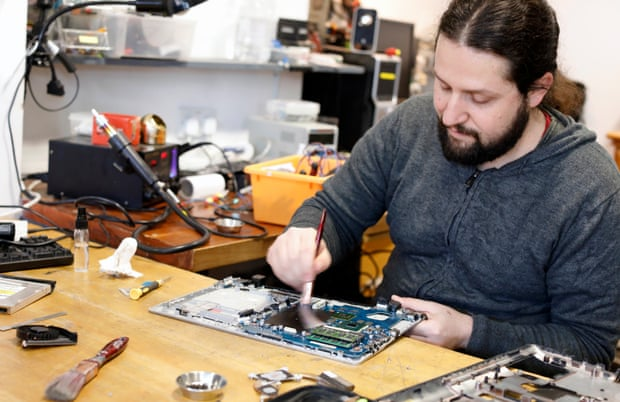 Can we fix it? The repair cafes waging war on throwaway culture – Trending Stuff