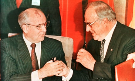 Mikhail Gorbachev, leader of the USSR, and Helmut Kohl exchanging pens after signing a treaty in Bonn.