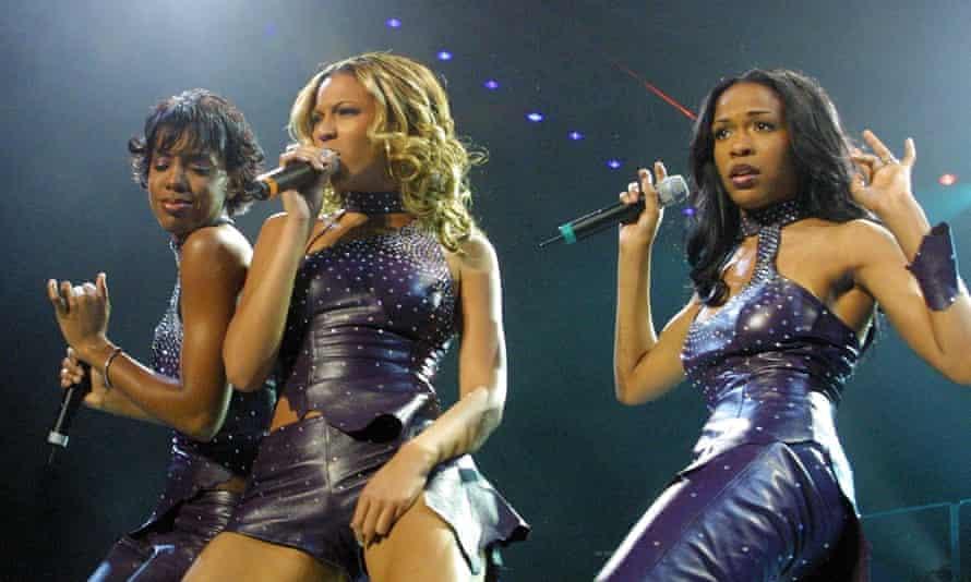 Beyoncé sings in Destiny's Child in 2000.