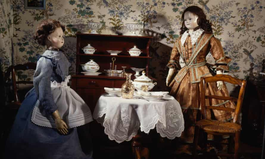 The dining room of a 19th century doll's house, with two dolls