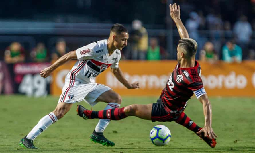 Antony in action for São Paulo against Flamengo in May 2019.