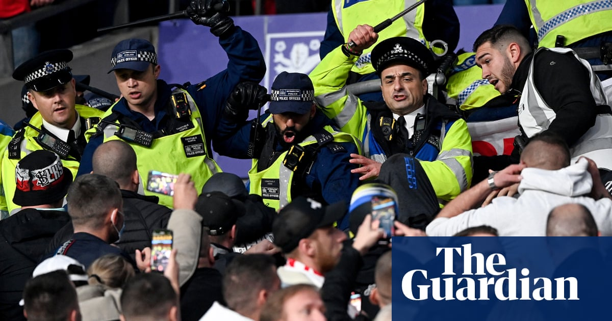 Metropolitan police defend tactics used against Hungary fans at Wembley
