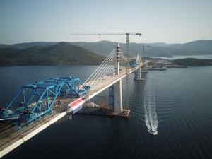 Croatia, Komarna Peljesac Bridge: The final piece of steel box girder for the Peljesac Bridge in southern Croatia was lifted and welded with the main structure