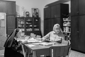 Sister Annunziatina and Sister Erminia are reading the newspaper in the meeting hall. The room is used twice a week to discuss and organise logistic issues. In other moments, the room serves as a library in which nuns can relax and read.