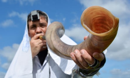 There are plans for the shofar blowing ritual to be held outdoors in public parks.