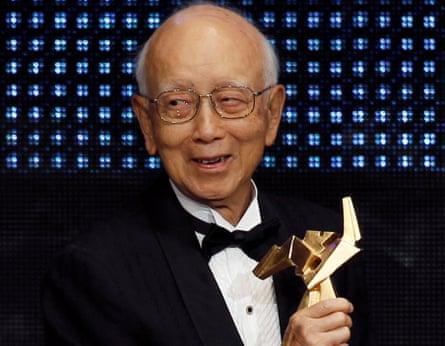 Raymond Chow receives a lifetime achievement award in 2011.