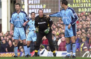 Steve Ogrizovic awaits a corner at Arsenal in March 2000.