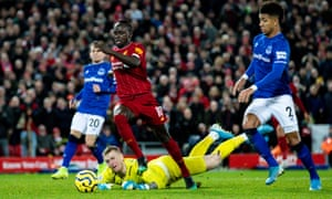 Sadio Mané goes round Everton's goalkeeper, Jordan Pickford.