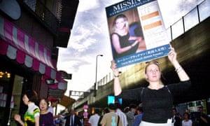Su hermana Sophie Blackman sostiene un cartel con la foto de Lucie Blackman en su mano y pide ayuda en el distrito de Roppongi para encontrar a su hermana en septiembre de 2000.