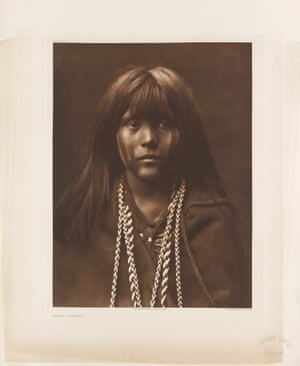 Compiled by Curtis from 1907-30, the 20 volumes of text, accompanied by 20 folios of large-format photogravures, document the lives and customs of the Native American tribes. Mósa – Mohave. Colorado River, Mohave Desert.