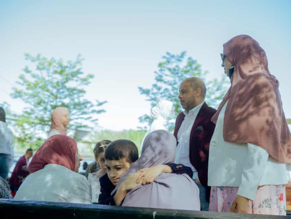 O familie musulmană lângă râul de est după rugăciuni de dimineață Eid al-Fitr în Parcul Astoria, Queens.