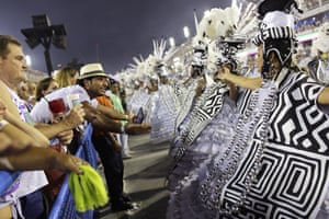 A fan greets performers from the Mangueira samba school