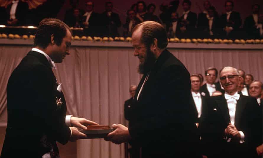 سولژنیتسین در سال 1974 ، پس از تبعید از اتحاد جماهیر شوروی ، جایزه نوبل 1970 خود را دریافت می کند.