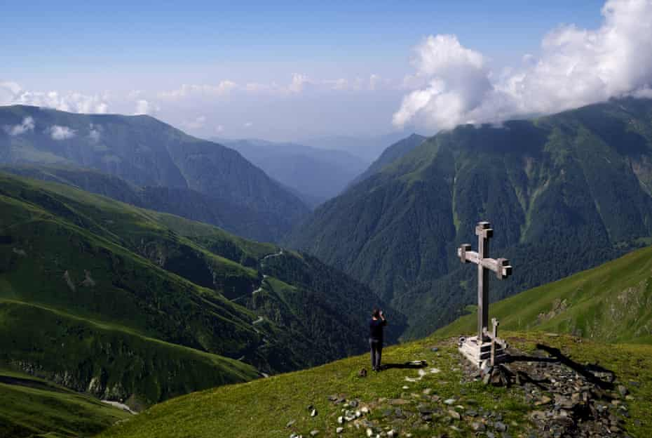 The wind-battered cross atop the Abano Pass.