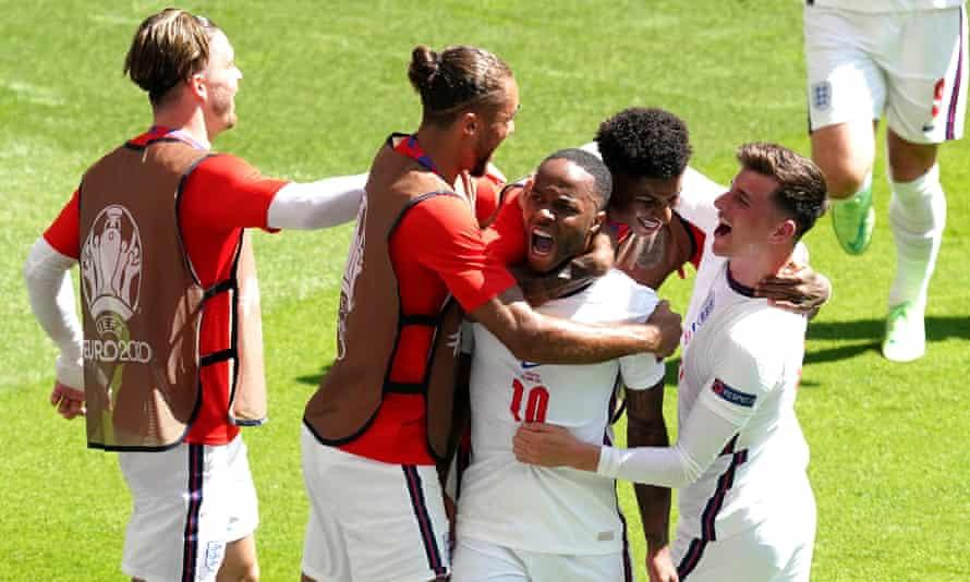 Pahlawan lokal Raheem Sterling, yang tumbuh di dekat Stadion Wembley, merayakan golnya untuk Inggris