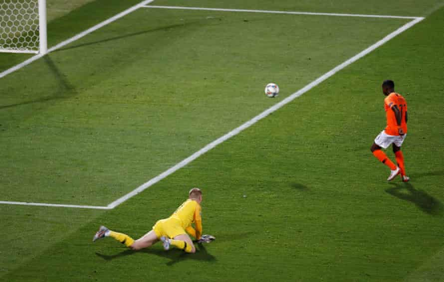 Quincy Promes scores the Netherland' third goal past the terribly exposed Jordan Pickford.