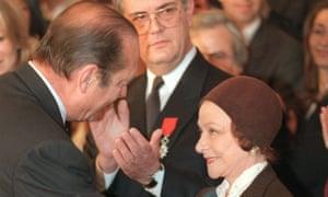 Jacques Chirac, then French president, gives Chauviré the Insigne de Grand Croix de l'Ordre National du Merite in 1998.
