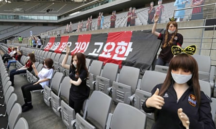 South Korean football club FC Seoul has apologised after using sex dolls to fill up its empty stands during a game at the weekend.