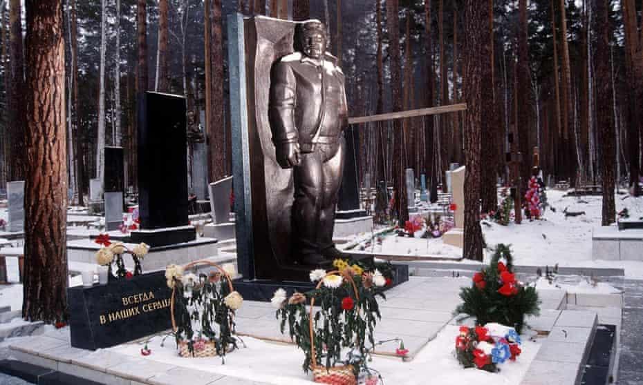 ORNATE RUSSIAN MAFIA GRAVE in SHIROKORECHENS, RUSSIA - 1997