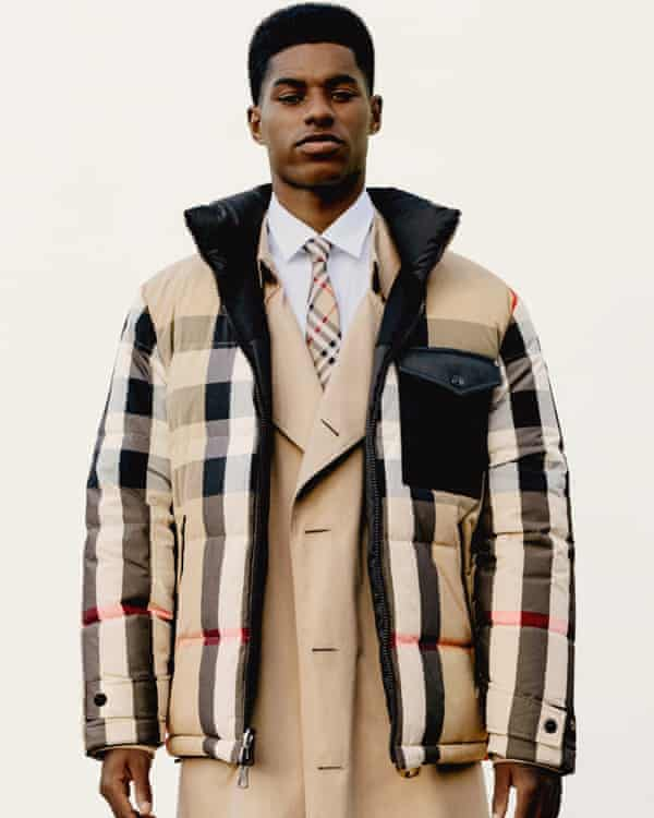 Marcus Rashford indossa una giacca trapuntata Burberry.