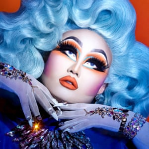 Look queens Look queens are glamour drag queens who generate shock and awe through extreme levels of cosmetic artistry. (Right) Kim Chi is one of those reinventing the notion of drag with unprecedented and meticulous artistry.