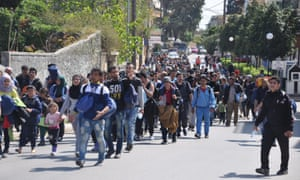 Refugees march into Chios town