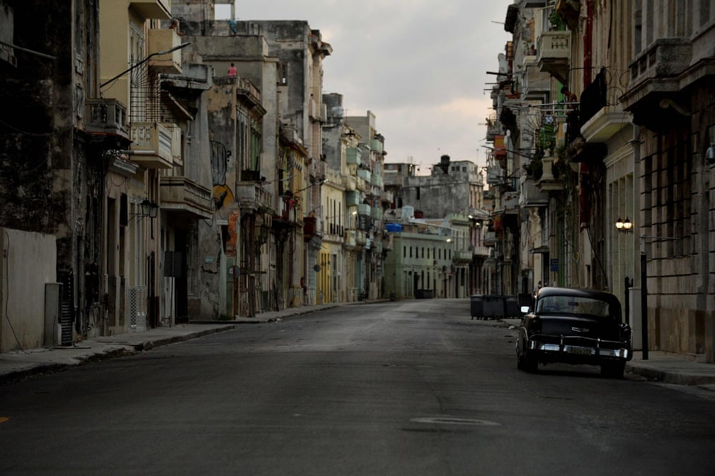 Menschenleere Straßen in Kubas Hauptstadt | Bildquelle: https://www.theguardian.com/world/gallery/2020/sep/03/coronavirus-curfew-in-havana-cuba-in-pictures © Yamil Lage/AFP/Getty Images | Bilder sind in der Regel urheberrechtlich geschützt