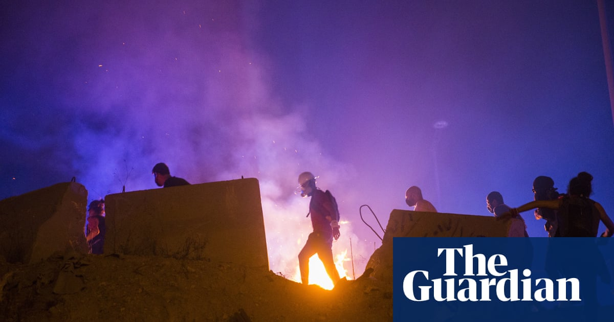 Beirut: protesters clash with police outside Lebanon's parliamentary precinct – video - the guardian