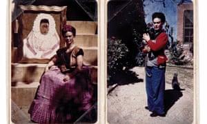 """Izquierda: Frida en 1943 con su pintura """"Diego en mi mente"""", que muestra un auto-retrato con vestido tradicional de Tehuana. Derecha: con su mono mascot en el jardín de La Casa Azul"""
