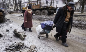 Civilians flee Uglegorsk in Ukraine on 7 February 2015.